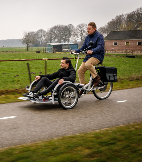 Burgemeester brengt rolstoelers per 'Batsfiets' naar stemlokaal: 'Gelukkig is mijn conditie goed'