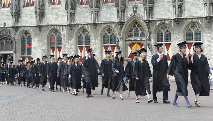 Leerlingen van de Roosevelt Academy in Middelburg zwaaien af.