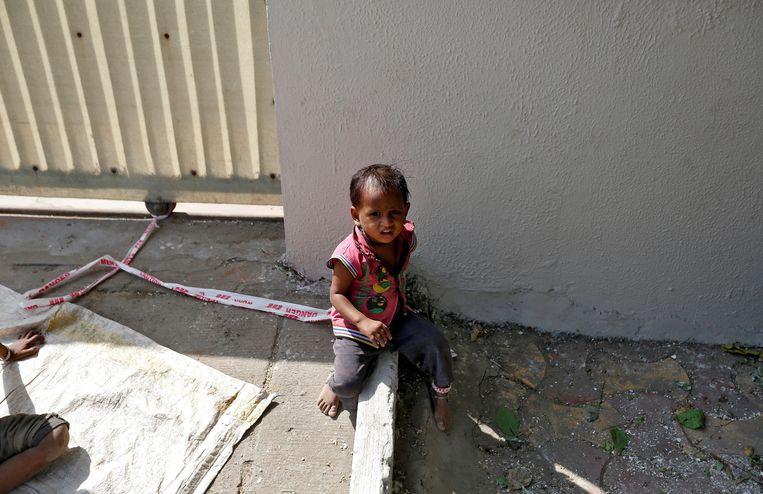 Vijftien maanden is Shivani, en elke dag hangt ze negen uur lang vastgebonden aan een steen terwijl haar ouders voor een hongerloon in de bouw werken.