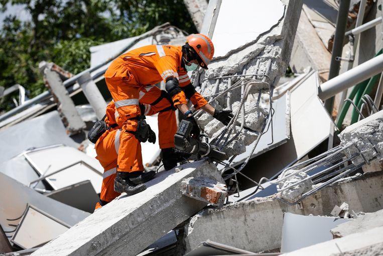 Met zwaar materieel wordt beton en bewapening verwijderd.
