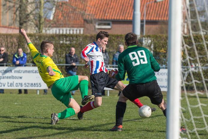 Elco Jansen (rood-wit-blauw, hier op archiefbeeld) schoot Krabbendijke naar de tweede zege van het seizoen.
