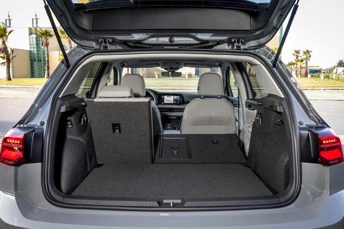 VW Golf 8, achterbak.