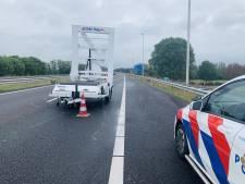Vrachtwagen rijdt tegen pijlwagen op A77 bij Heijen; wegafzetting blijft voorlopig nog staan