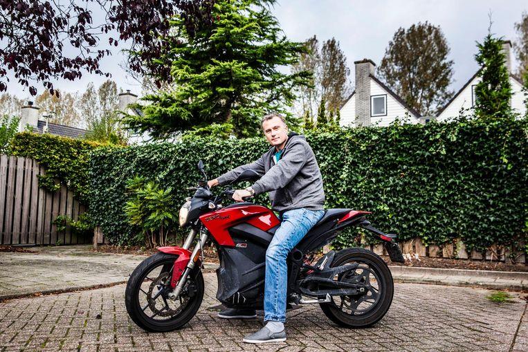Gilles Baatsen in zijn woonplaats Hoofddorp op de Zero SR die hij ruim een jaar geleden kocht. Beeld Aurelie Geurts