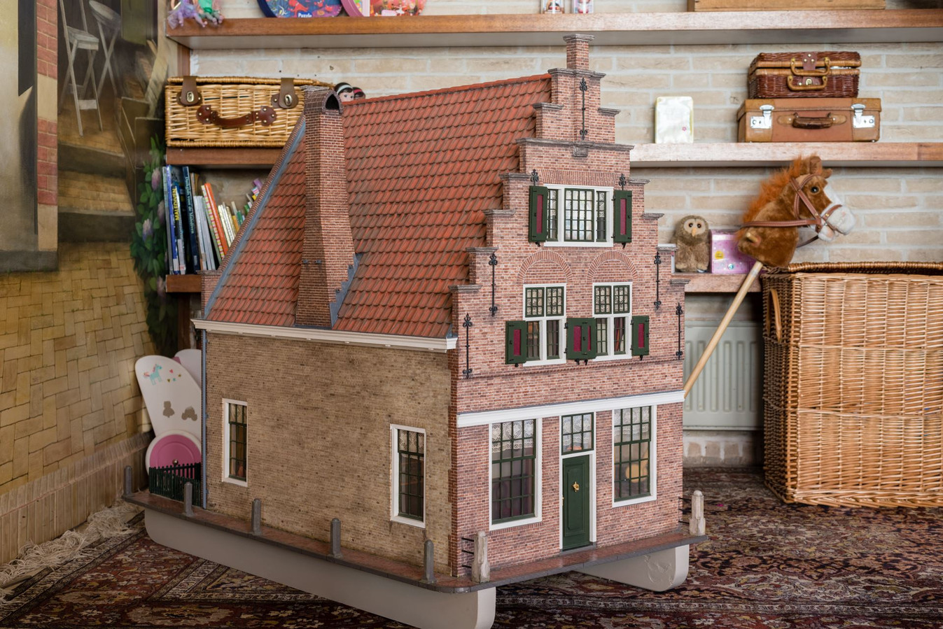 Een bijzondere accessoire in deze woning: een exacte kopie in de vorm van een poppenhuis.