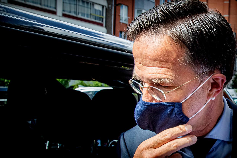 Minister-president Mark Rutte staat de media te woord bij zijn hotel op weg naar de EU-top in Brussel afgelopen week. Hij frommelde zijn mondkapje in één hand bij het afdoen. Experts raden deze methode af.