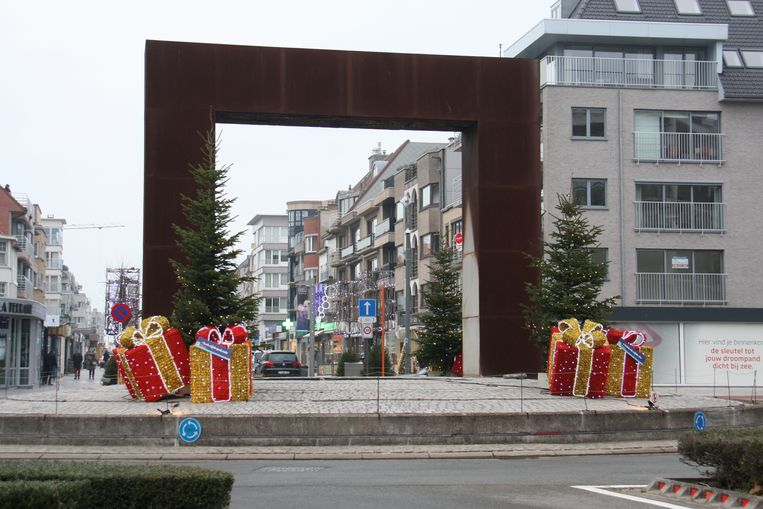 De gemeente Koksijde renoveert De Poort op de rotonde bij de Zeelaan in Koksijde-Bad.