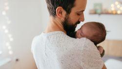 Vrouwenraad en Gezinsbond trekken met 10.000 handtekeningen naar De Croo voor extra geboorteverlof voor vaders