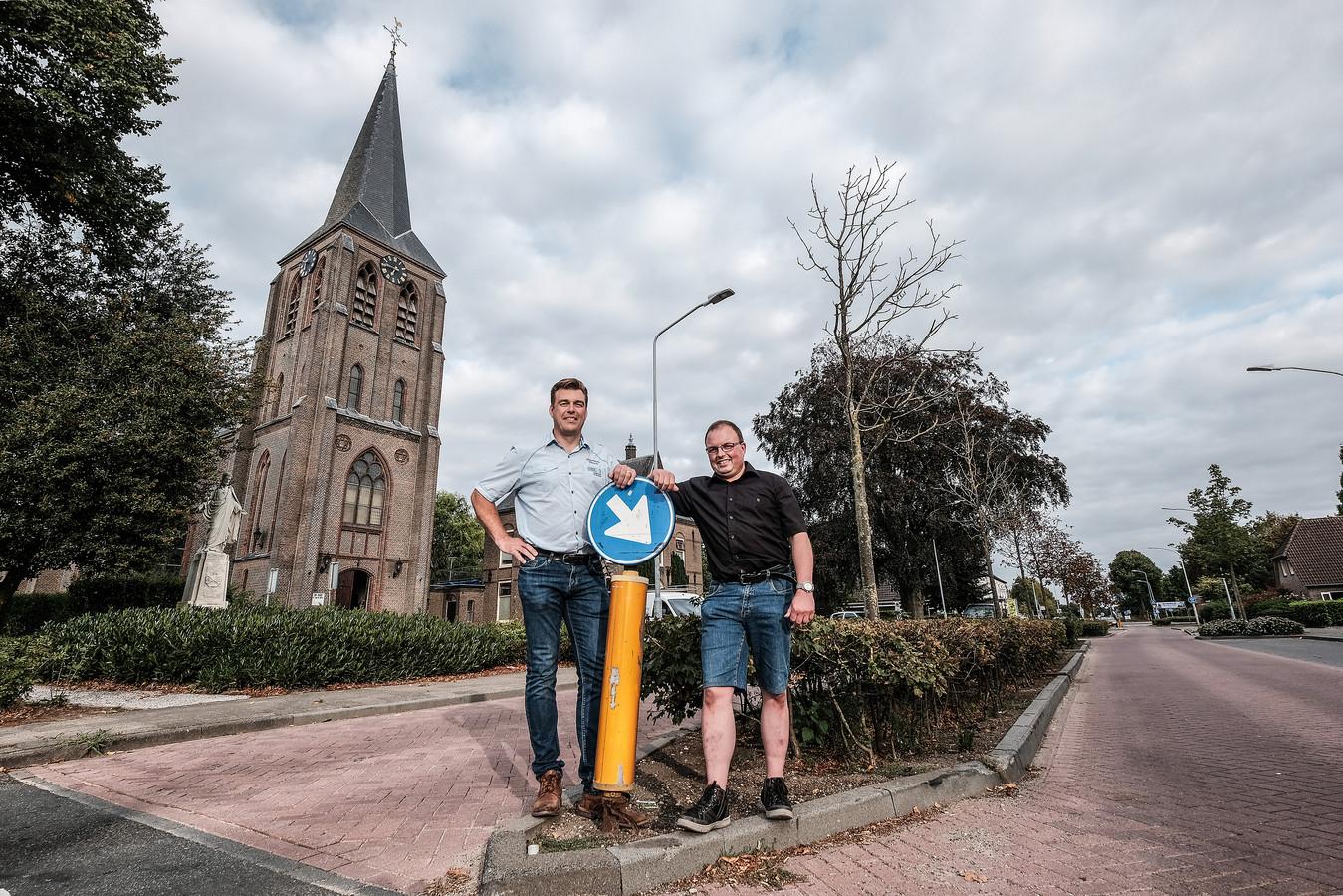 Richard Giesen en Nico Steentjes (met bril) in het hart van hun dorp Kilder. ,,Onze ouders hadden het nooit over de Liemers.''