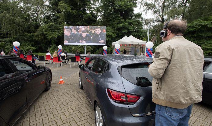 Diploma-uitreiking van het ROC van Twente via een drive-in.