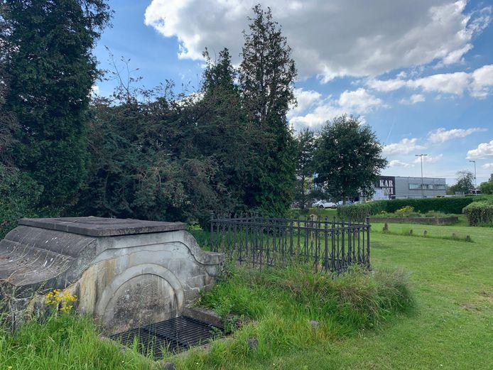 De buitendijkse begraafplaats aan de IJsseldijk in Krimpen aan den IJssel is vervallen.