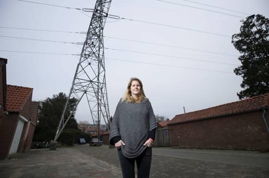 In Veenendaal lopen hoogspanningslijnen over honderden huizen heen.