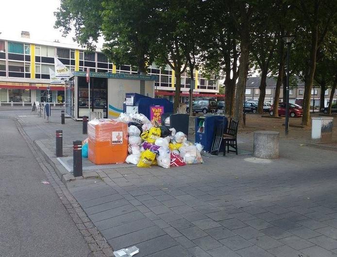 Bergen afval op het Rivierenplein in Den Bosch.