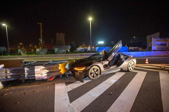 De BMW i8 kwam tot stilstand tegen de vangrail.