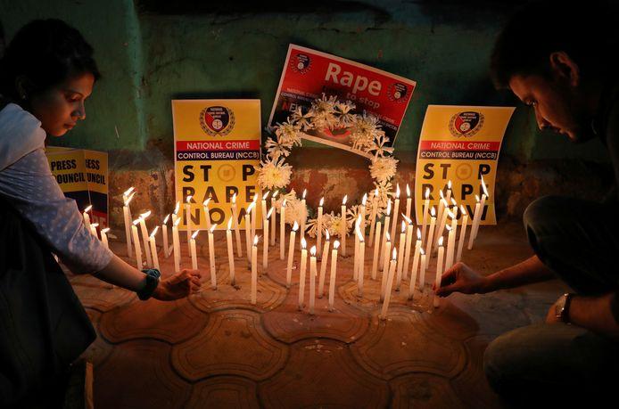 In heel India nemen de protesten tegen verkrachtingen toe. Hier branden mensen kaarsjes ter nagedachtenis aan een vrouw die werd verkracht en vermoord.