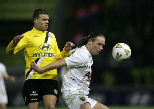 Stijn Vreven (rechts) namens Vitesse in actie tegen Ali Boussaboun van NAC Breda.