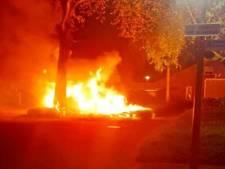 Politie: felle autobrand in Harderwijk vermoedelijk aangestoken