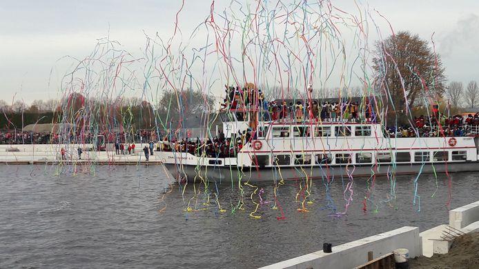 De Pakjesboot vaart de zwaaikom van Roosendaal in.