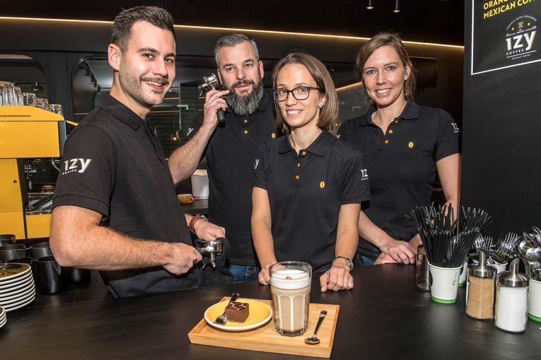 Ennio Vandevoorde, Bart Buyse, Larisa Buyse en Sofie Desmet in de eerste vestiging van IzyCoffee.