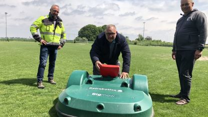 Goedkoper en duurzamer: gemeente test robotmaaier op voetbalveld SK Nossegem