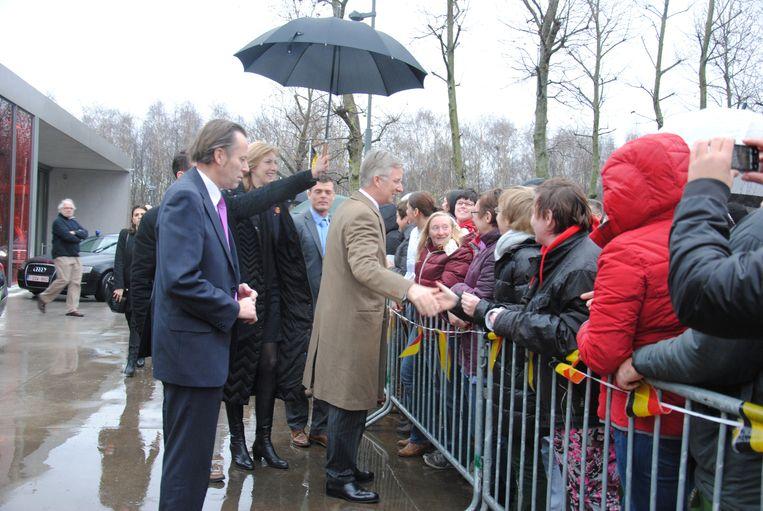 De koning groet de fans aan de ingang van Sint-Jan Baptist.