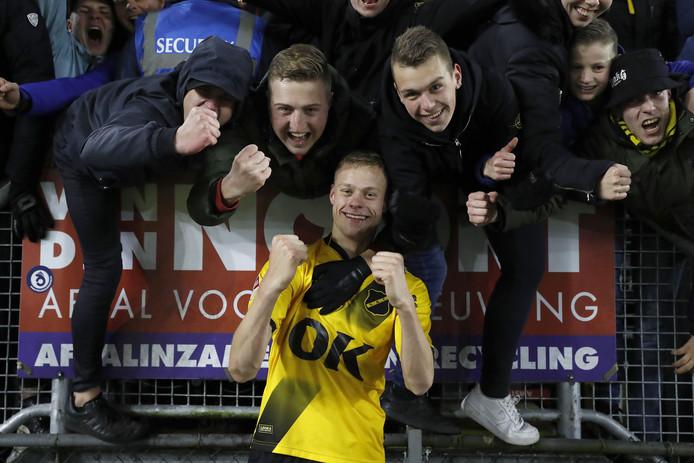 Verdediger Jan Paul Van Hecke mengt zich na afloop tussen de supporters.
