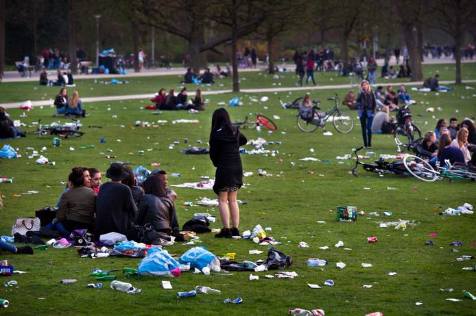 Aan het eind van een zonnige dag ligt het Vondelpark vaak bezaaid met afval.