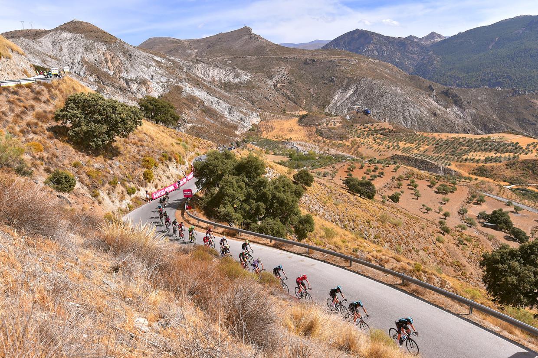 Een kopgroep doorkruist het rauwe berglandschap van de Sierra Nevada, tijdens de 15de etappe van de Vuelta uit 2017.  Beeld Foto Getty Images