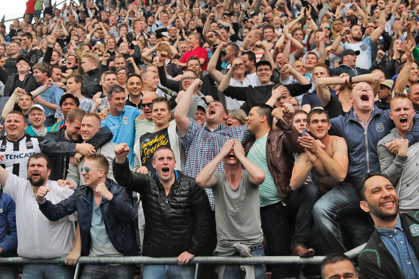De fans van Heracles Almelo zijn in extase na het bereiken van Europees voetbal. Foto: Cootje Design Fotografie 2016