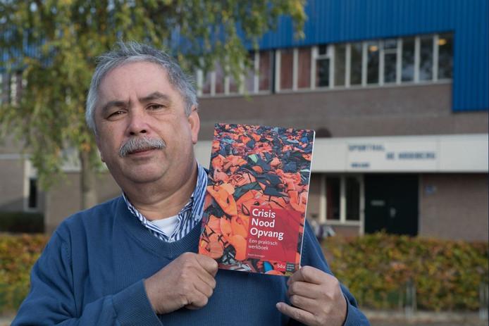 Kronieger met zijn boek Crisisnoodopvang