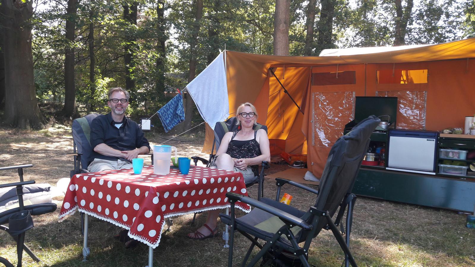 Eric Bloemen en Hester Goudzwaard uit Haarlem hebben hun tent opgezet in Alphen.