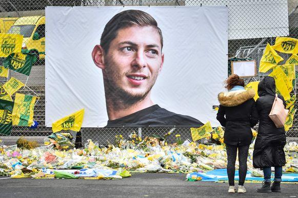 Supporters van Nantes leggen aan hun stadion bloemen neer ter nagedachtenis van Emiliano Sala (1990 - 2019) (archieffoto 8 februari 2019).