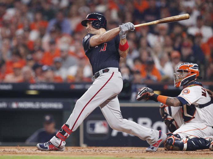 Ryan Zimmerman slaat een home run in game 1 van de World Series tegen Houston Astros.