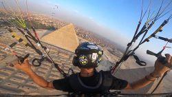 Mooie beelden: paraglider vliegt over Piramiden van Gizeh