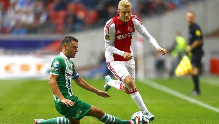 Nicolai Boilesen ontwijkt een tackle van PEC Zwolle-speler Bram van Polen. Beeld epa