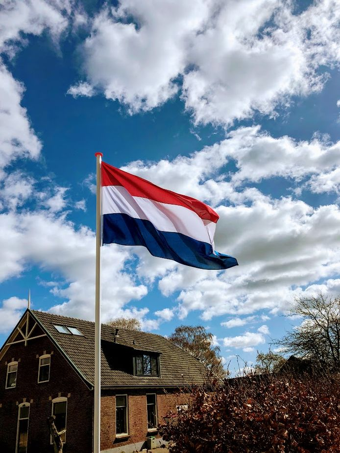 De vlag hangt uit in Wijnbergen.