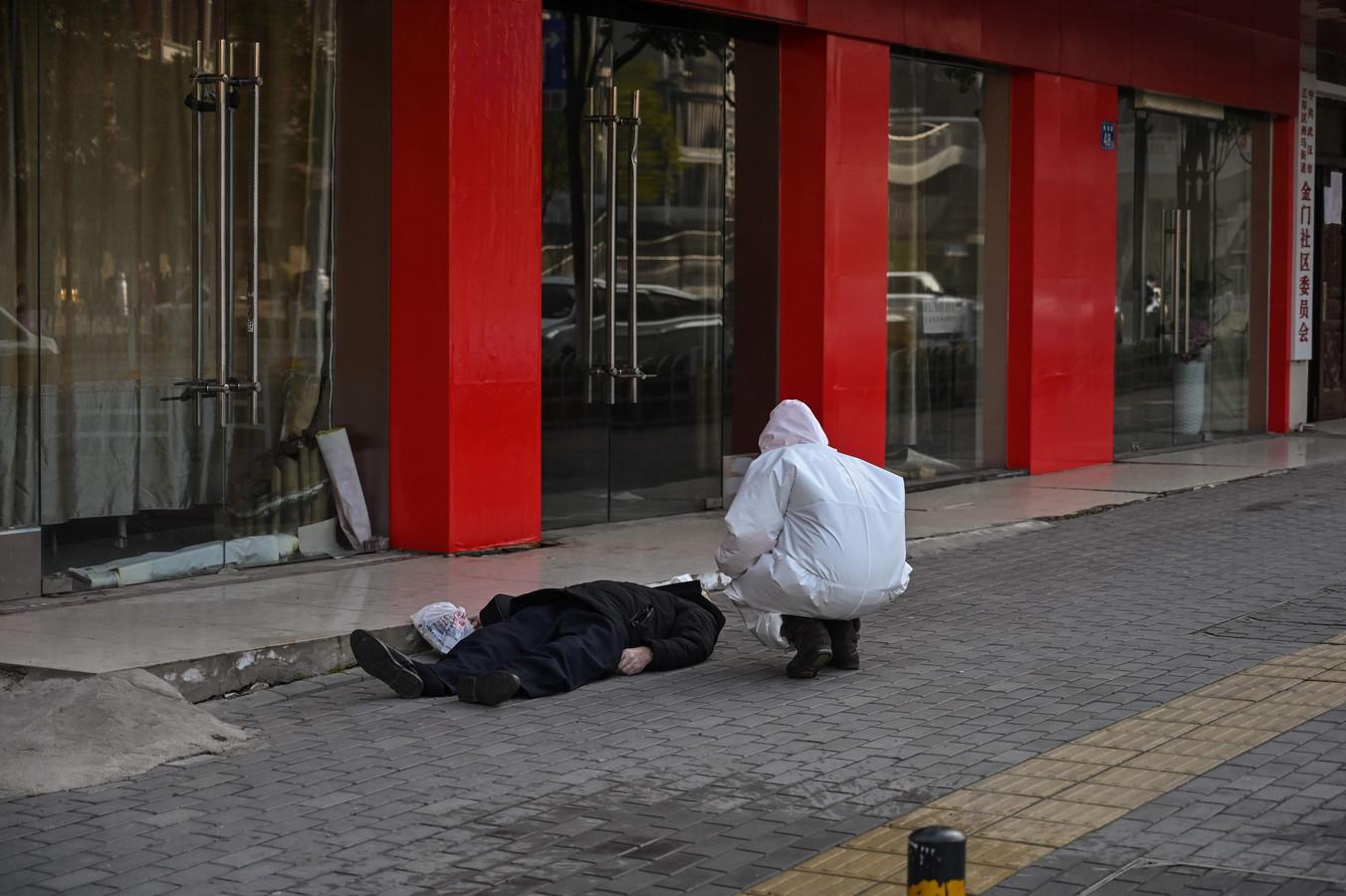 "Картинки по запросу ""wuhan dead man on street"""