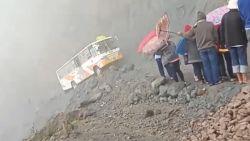 Levensgevaarlijk: bus manoeuvreert over smalle bergrichel