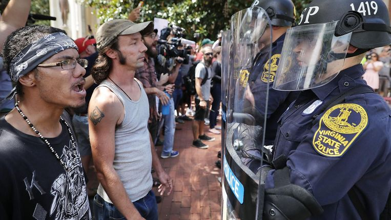 Politie in Charlottesville houdt mensen weg bij de alt-rightblogger Jason Kessler. Beeld afp