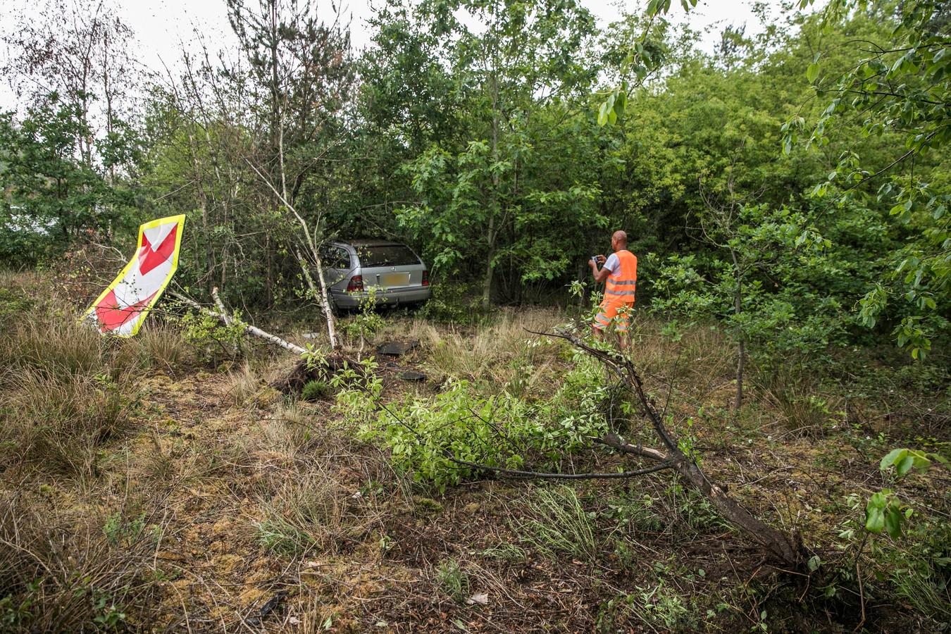 De auto belandde in de bosjes.