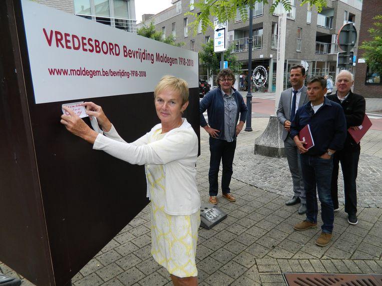 Burgemeester Marleen Van den Bussche hangt haar wens op het vredesbord.