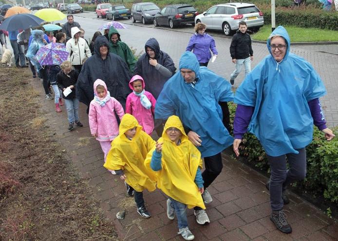 Regen, regen en nog eens regen bij de avondvierdaagse in Hoeven. De bijna 500 deelnemers lieten zich daar niet door afschrikken en gingen enthousiast van start. FOTO Gerard van Offeren / PIX4PROFs