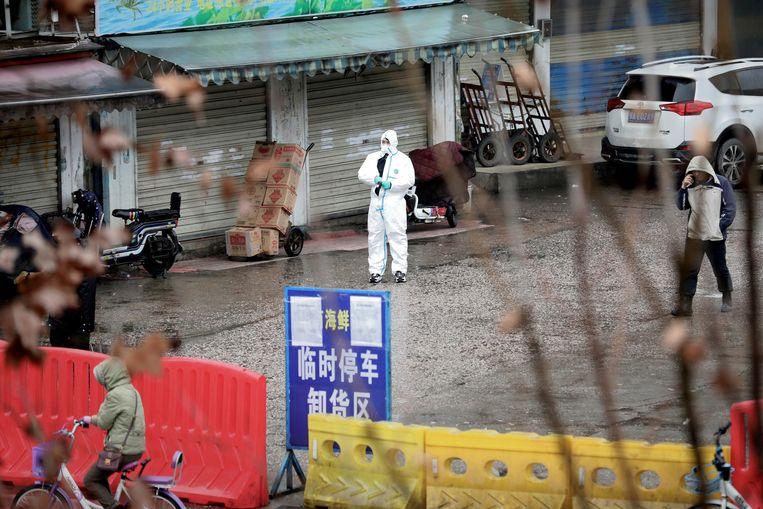 De inmiddels gesloten vismarkt van Wuhan. Beeld REUTERS