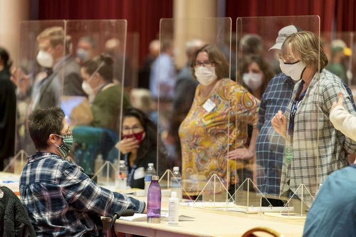 Waarnemers van Republikeinen en Democraten kijken toe hoe kiesmedewerkers stemmen tellen, hier in Wisconsin.