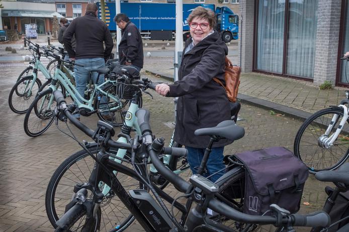 Clemie Hendriks levert de e-bike in.