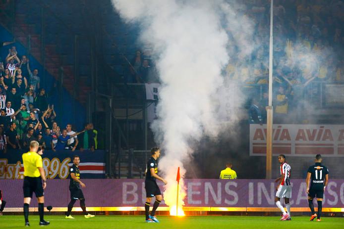 Vuurwerk tijdens de wedstrijd Willem II - NAC in december 2017.