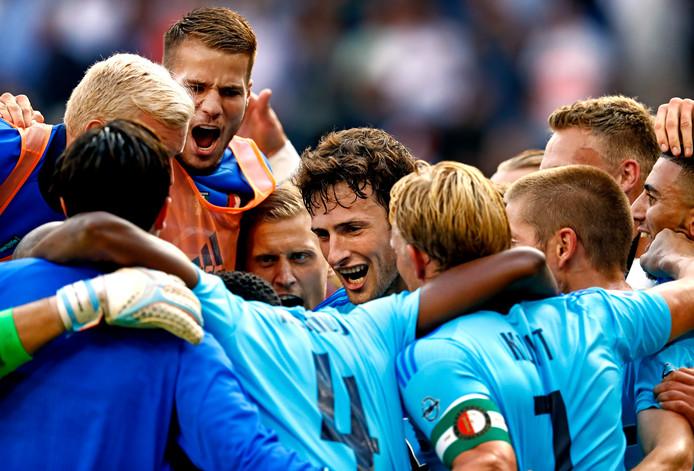 Eric Botteghin is het middelpunt van de Feyenoordvreugde na de 1-0 winst op PSV.