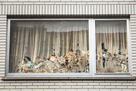 De gordijnen hangen vol schimmel en het vuilnis stapelt zich op in het vuilste huis van Sint-Amandsberg.