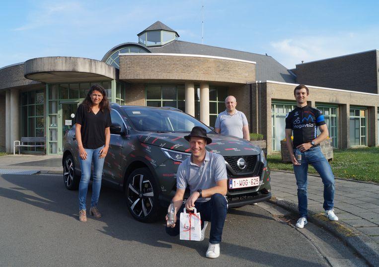 Dankzij enkele gulle sponsors kan het team achter de Nacht van de Koers het personeel van Deken Darras 220 cadeaubonnen geven.