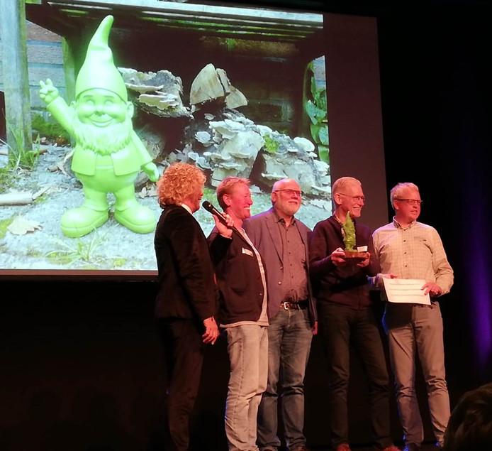 De Groene Kabouter en een cheque van 250 euro worden in Raalte uitgereikt aan leden van de Stichting Platform Duurzaam Hellendoorn.